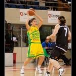 Cristina Oubiña trata de pasar el balon