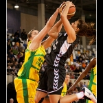 Ines Kresovic intenta parar un tiro